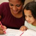 Madre ayuda a su hija a hacer la tarea